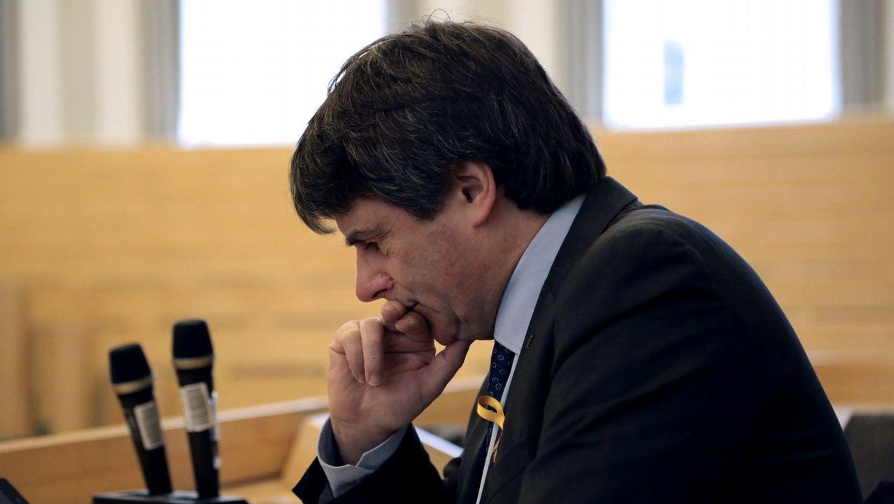 Representantes de ERC y PDeCAT entonan la ?Grândola Vila Morena? tras la intervención de Rebelo de Sousa.Protesta de la plataforma de víctimas del Alvia en Angrois