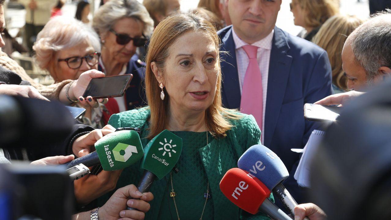 Gritos de fuera y aplausos para recibir en el hemiciclo a los políticos presos.Adriana Lastra junto a Meritxell Batet