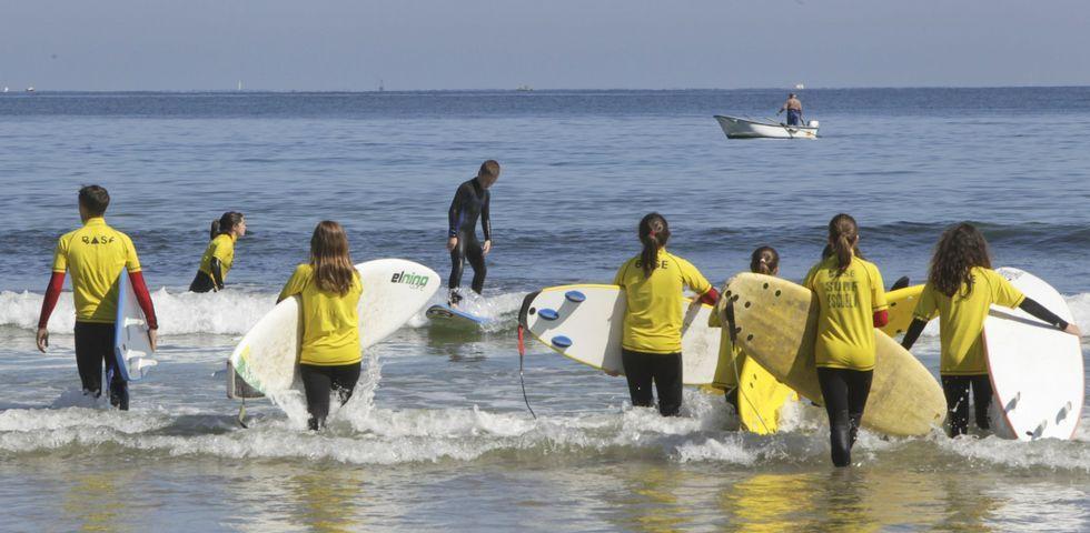Las escuelas que operen en la playa de Bastiagueiro tendrán turnos rotatorios de mañana y tarde.