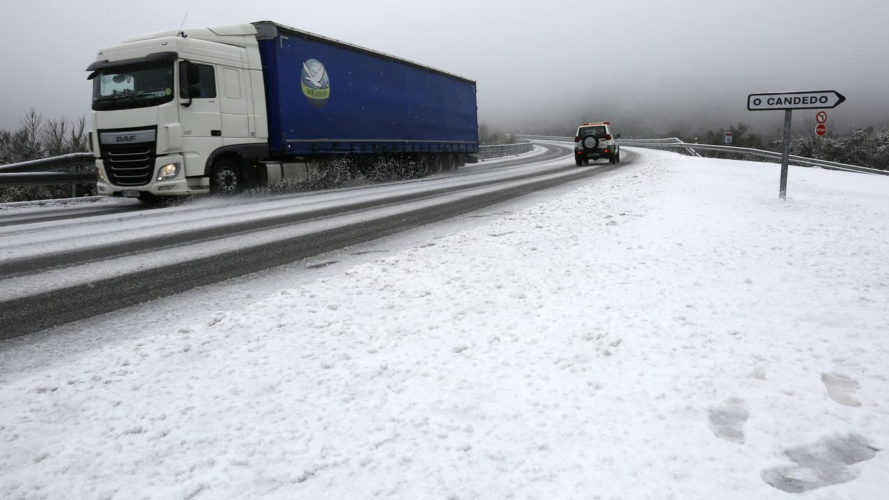 Nieve en la carretera de Viveiro-Cabreiros, a la altura de Ourol