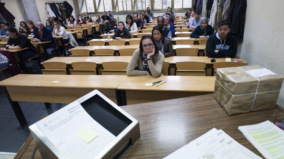 Pacientes en el HUCA.Varios universitarios antes de examinarse para obtener una plaza de médico residente (MIR)