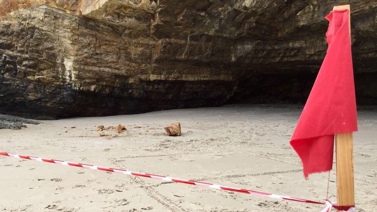 Acordonan una playa de Barreiros por la caída de una roca