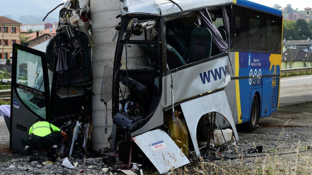 Así fue el brutal accidente de un autobús en Avilés.María Jesús Arias, vecina de Llaranes, vive justo delante del accidente del autobús