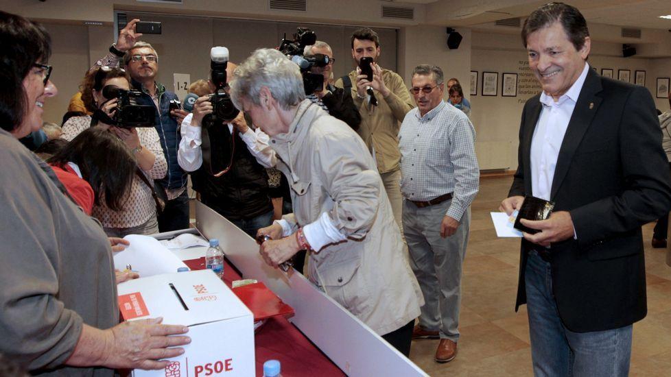 .El presidente de la Comisión Gestora del PSOE, Javier Fernández, momentos antes de votar en las primarias de su partido en la sede socialista de Gijón (Asturias).
