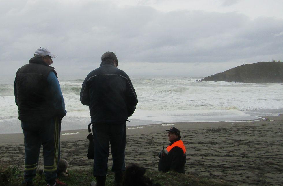 Montaje collage sidra surf tapas hípico orquesta.La Guardia Civil investiga la procedencia de dos fardos con 40 kilos de cocaína hallados en la costa de Navia