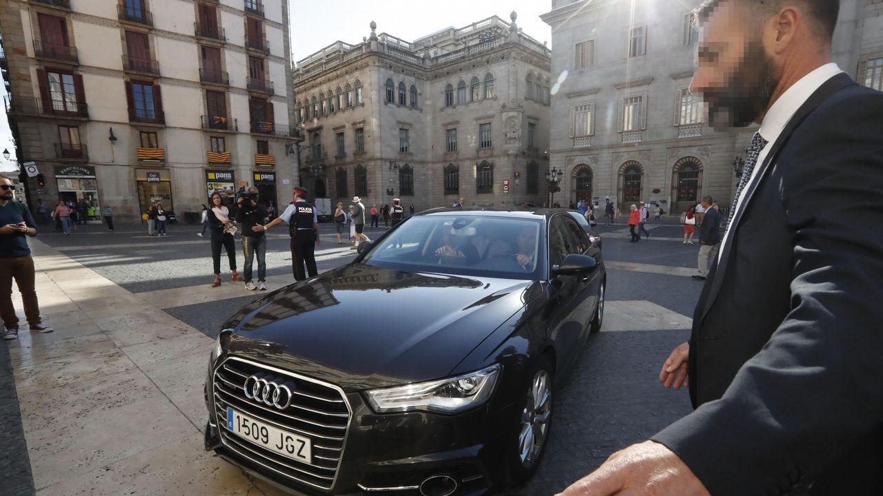 Carles Puigdemont llega en coche al Palau de la Generalitat.
