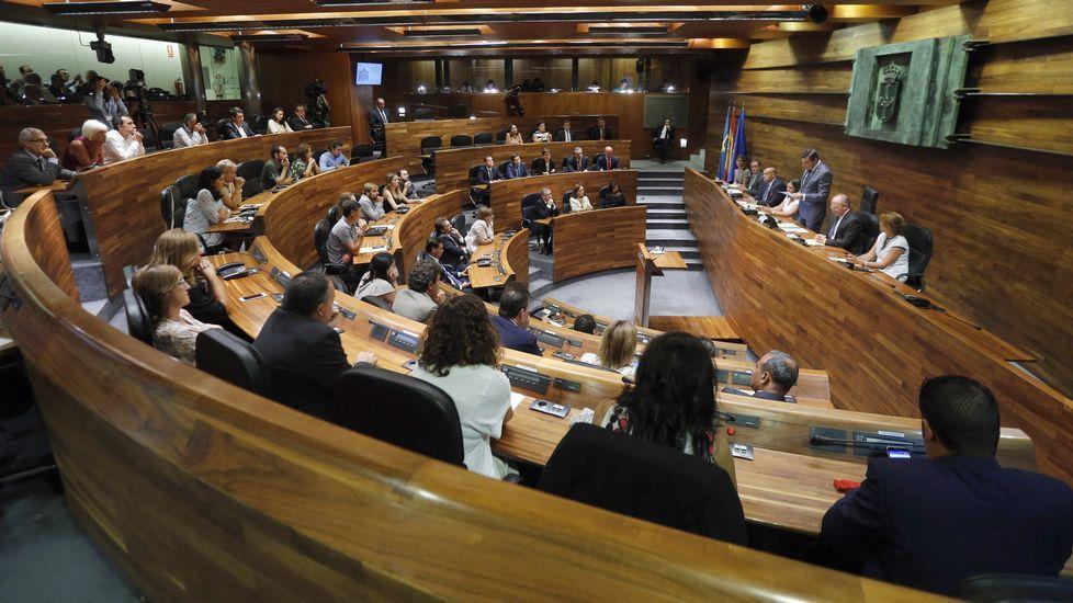 Representantes del UGT y CCOO junto a diputados socialistas en el Congreso