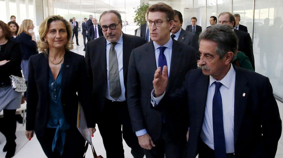 Javier Fernández, Alberto Núñez Feijóo y Pablo Junceda, con Castropol al fondo.José Ignacio Ceniceros. La Rioja. El presidente del Gobierno de La Rioja se impuso 109 votos a Gamarra, alcaldesa de Logroño.
