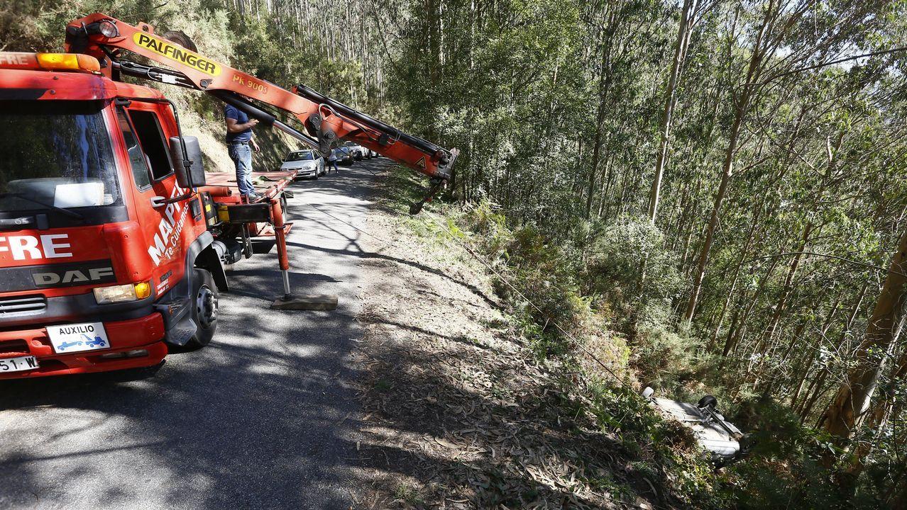 Quitando un vehículo que se precipitó por un terraplén en Ouról
