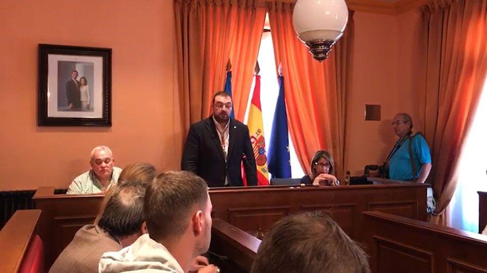 Dimisión de Adrián Barbón, alcalde de Laviana.Julio García toma posesión como alcalde de Laviana