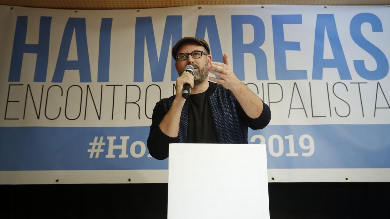 El alcalde de Santiago, Martiño Noriega, clausurando un encuentro municipalista con mareas de toda Galicia