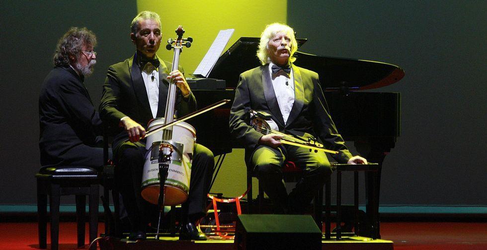 .Tres de los integrantes del grupo argentino durante una de sus actuaciones en el Coliseo.