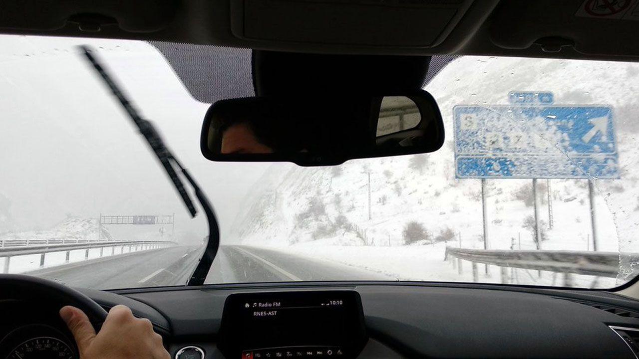 El acceso al túnel del Negró, en la autopista del Huerna, con nieve en los márgenes.El acceso al túnel del Negró, en la autopista del Huerna, con nieve en los márgenes