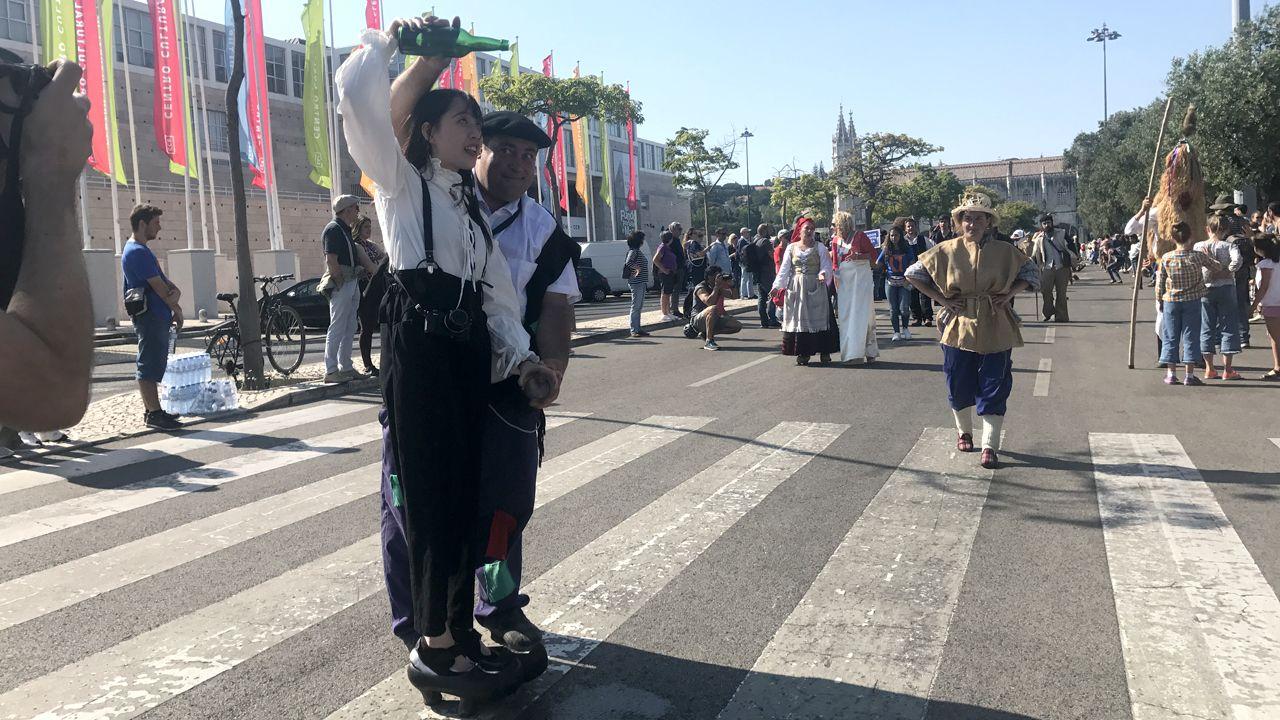 Los sidros incluso enseñaron a escanciar a japonesas durante el desfile de la Máscara Ibérica de Belém