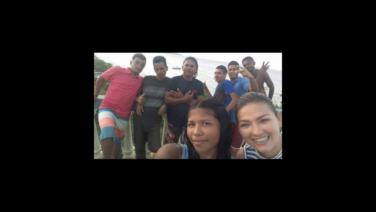 .Los medios venezolanos difundieron una foto de un grupo de jóvenes antes de embaracar hacia Curazao