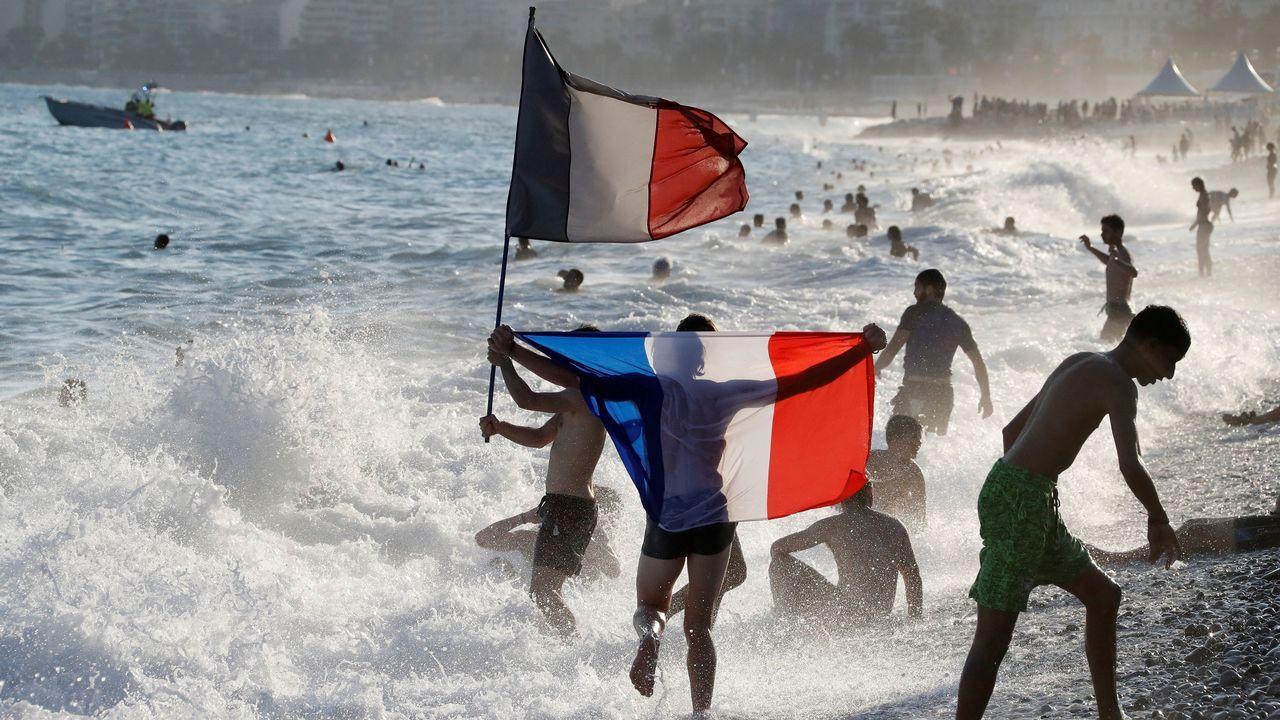 Las celebraciones por la victoria francesa en el Mundial llegaron también a la playa de Niza
