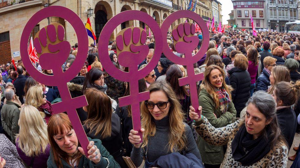 Concentración del 8M, el Día Internacional de la Mujer, en la plaza del Ayuntamiento de Oviedo
