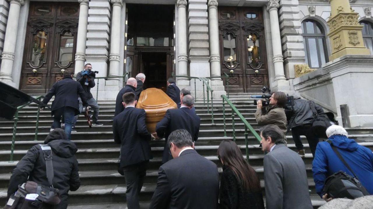 El álbum del día.El féretro de Vicente Álvarez Areces siendo llevado a la capilla ardiente en la Junta General del Principado