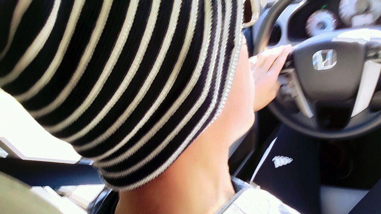 Un joven, al volante
