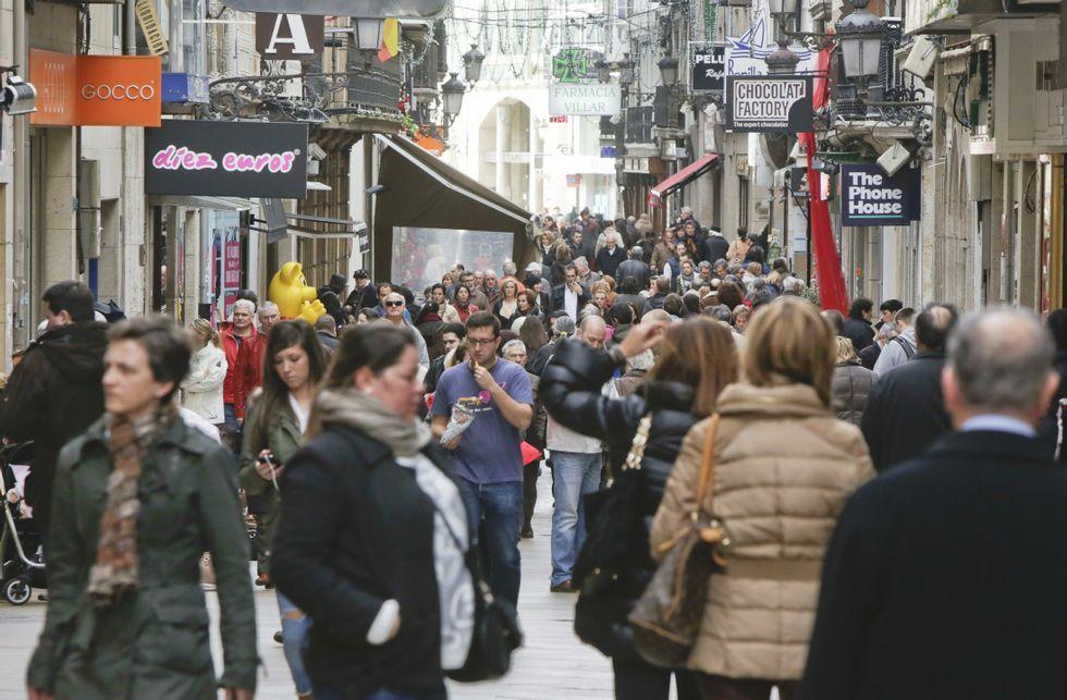 Pese a la afluencia de paseantes el domingo, pocos comercios abren aunque puedan.