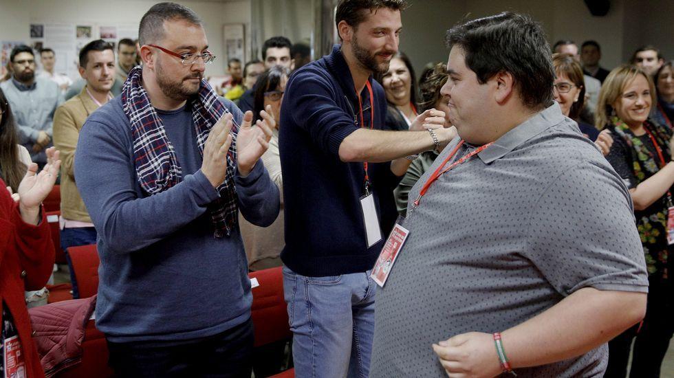 El secretario general de la Federación Socialista Asturiana (FSA-PSOE), Adrián Barbón (I), felicita a Víctor Rodríguez Caldevilla (d), tras ser elegido nuevo secretario general durante el Congreso de Juventudes Socialistas de Asturias, en Gijón