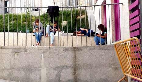 Varias jóvenes, en una de las calles de la zona alta del barrio antiguo.