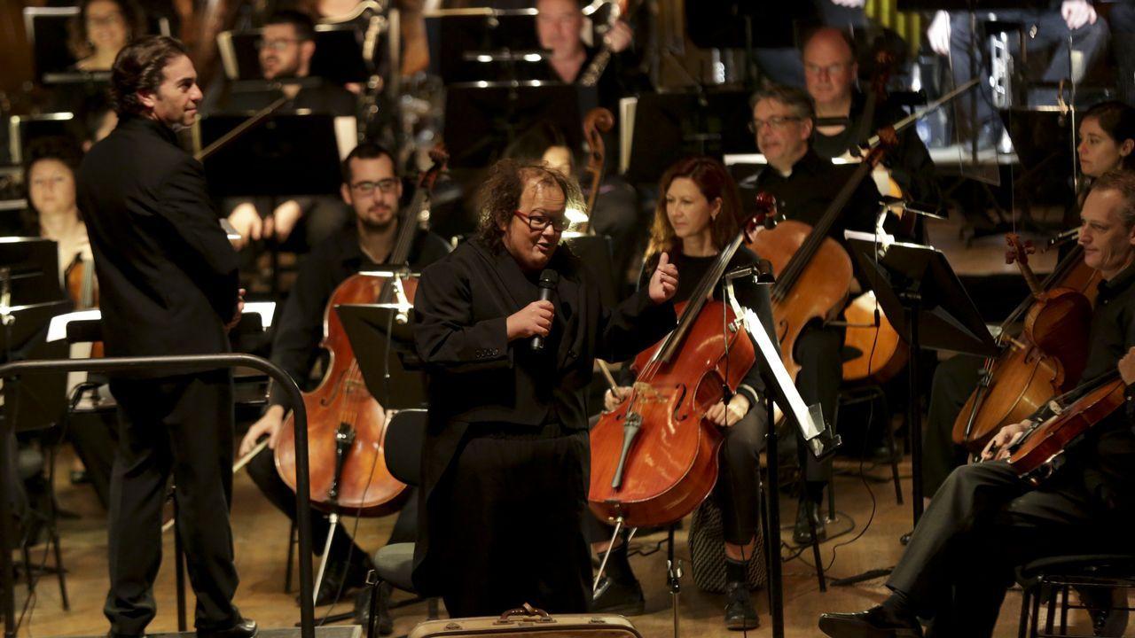 Moreno, a la izquierda, dirige a la orquesta, mientras Brandariz hace de maestro de ceremonias