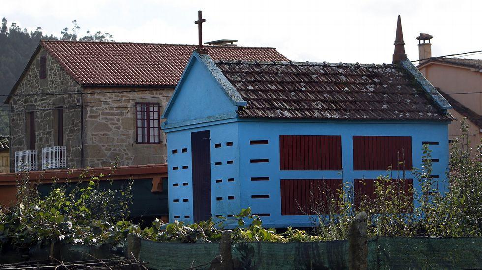 Hórreo pintado de color azul.