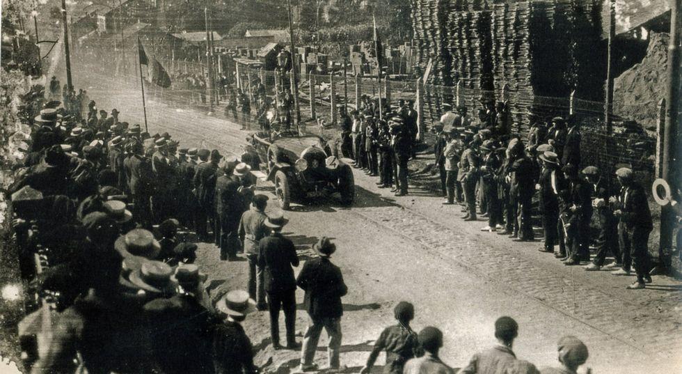 Una carrera de coches celebrada en Pontecesures con motivo de la primera feria del automóvil.