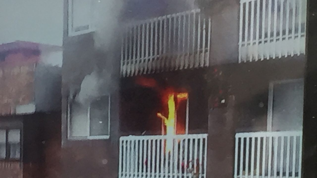 Rescatadauna vecina atrapada y desalojados decenas de vecinos por un incendio en Vigo.Un helicóptero arroja paja para impedir el arrastre de cenizas
