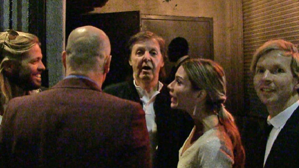 Paul McCartney se queda sin entrar a la fiesta de Tiga.