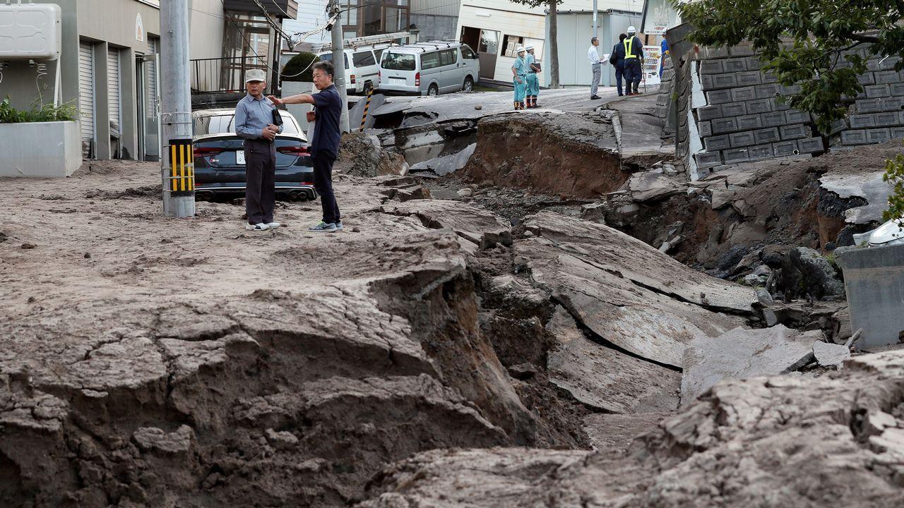 .Daños causados en una calle de Saporo, en Japón, por el terremoto que ha sacudido la pasada madrugada la isla de Hokkaido, en el norte del país