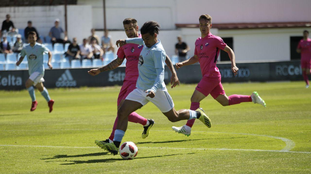 Vetusta Racing Santander Carlos Tartiere.Los futbolistas del Vetusta saludan tras el encuentro ante el Racing
