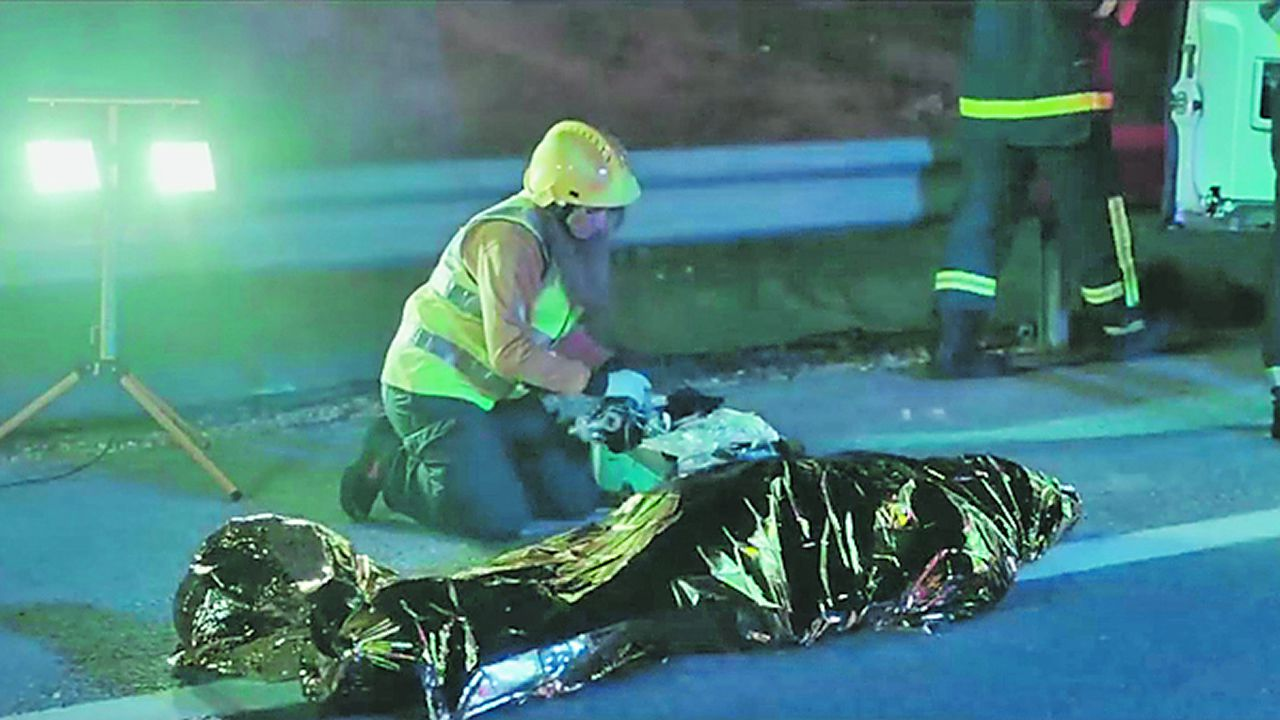 Los riesgos del uso del Whatsapp, en la campaña más dura de la DGT.Efectivos trabajan en la zona del accidente para evitar el derramamiento de gasóleo