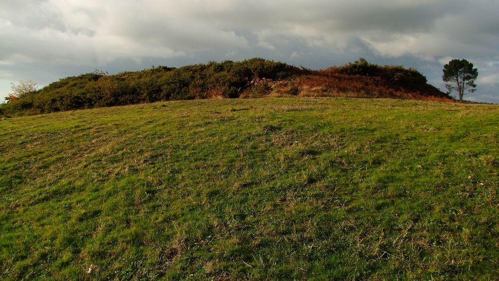 .La silueta del recinto central del castro de Góo destaca claramente en el paisaje