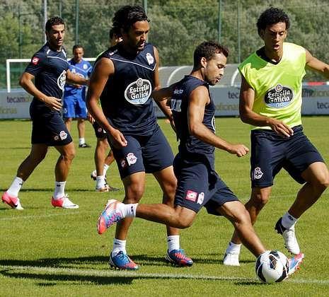 Abel Aguilar y Bruno Gama conducen el balón ante Roderick en un entrenamiento.