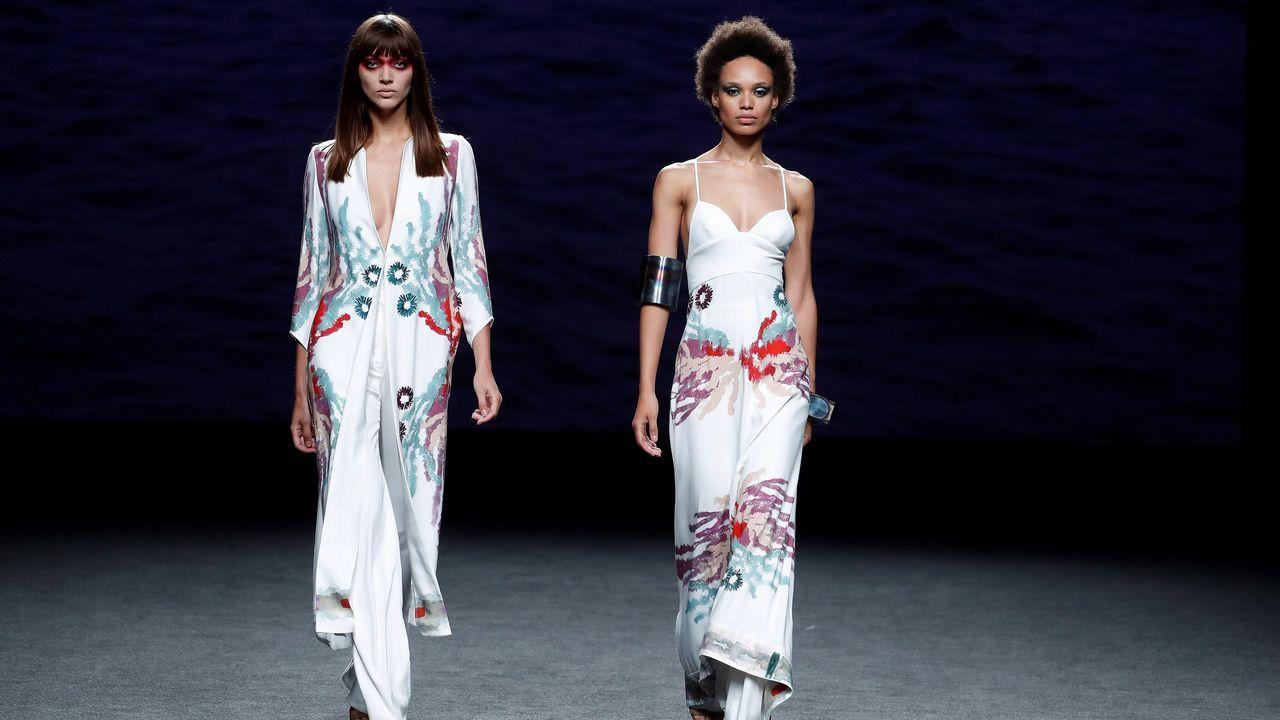 .Dos modelos lucen una creación de Marcos Luengo para la primavera/verano 2019, durante la última jornada de la 68 edición de la pasarela Mercedes-Benz Fashion Week