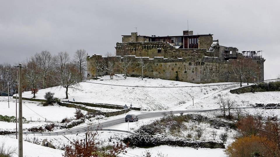 El castillo de Maceda, ahora renovado y convertido en Hotel, cuenta con una larga tradición histórica, e incluso se dice que en él se crió Alfonso X, donde habría aprendido gallego.