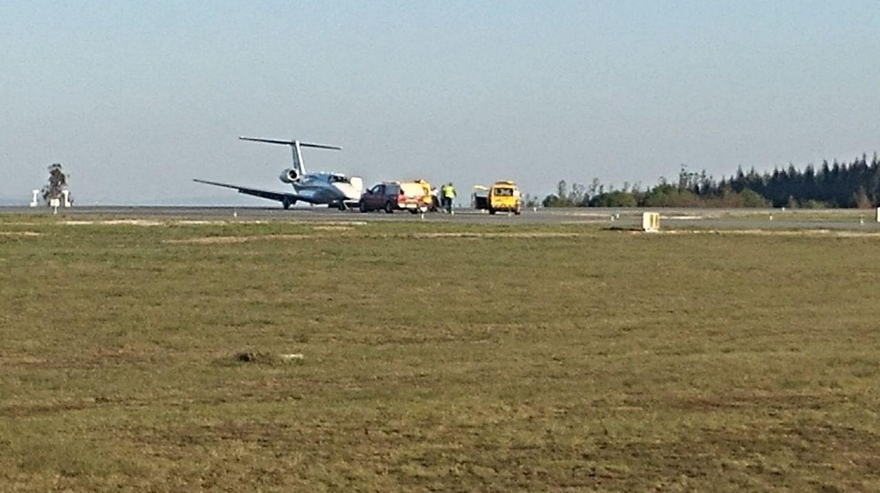 La aeronave tuvo que ser retirada de la pista con una grúa