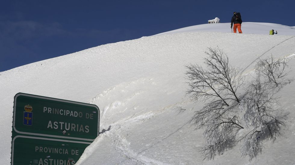 Un grupo de pescadores recoge el «campanu» del Sella, el segundo del día, capturado por Juan Antonio González, el «sastrín», en el Barcu de Arriondas..Un montañero camina entre la nieve en el límite de Asturias y León, en Pajares