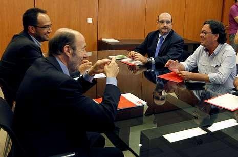 Conferencia de Presidentes en el Senado.Rubalcaba se reunió ayer con los representantes sindicales de la función pública.