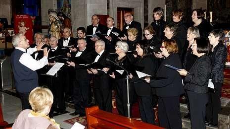El Coro Clásico de Vigo ofreció ayer un amplio repertorio de canciones gallegas y navideñas en la colegiata.