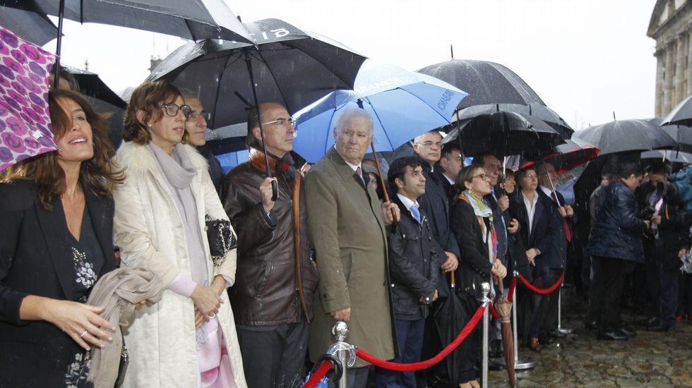 Un Gobierno a la espera. Buena parte de los conselleiros y altos cargos hicieron acto de presencia en el Obradoiro