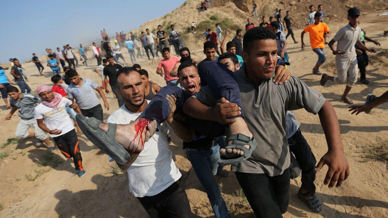 Un palestino herido es evacuado durante las protestas cerca de la frontera entre Israel y Gaza