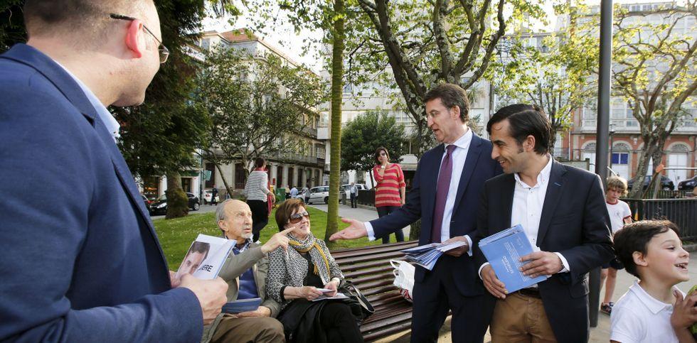 Feijoo se dio un paseo por Ferrol tras reunirse con entidades sociales en el Parador.