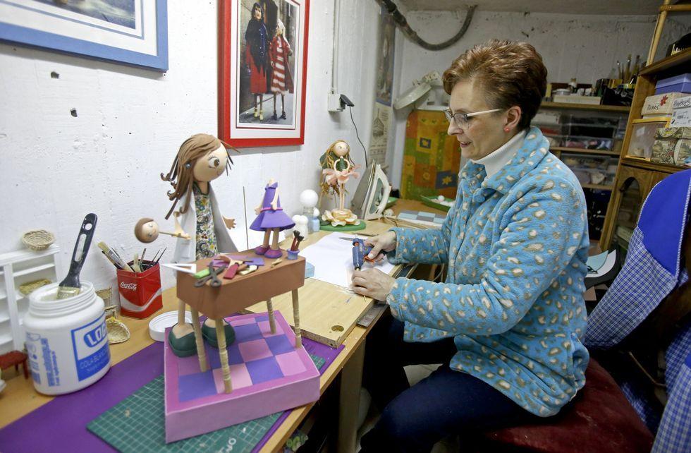 .María José González dedica gran parte de su tiempo a confeccionar muñecas por encargo.