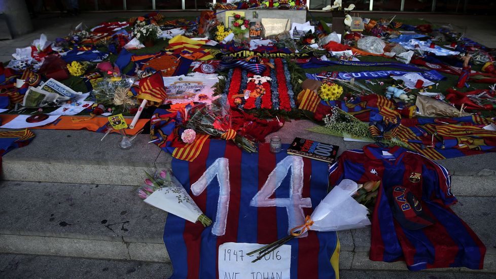 El Camp Nou rinde tributo a la figura de Johan Cruyff.Oriol Junqueras, conseller de Economía, y Carles Puigdemont, president de la Generalitat
