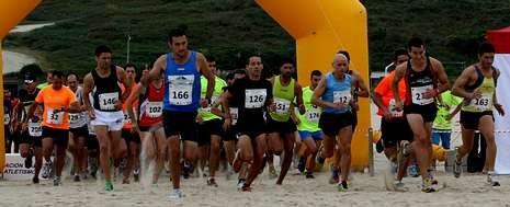 La salida de la categoría absoluta contó con la presencia de 123 participantes, de los que tres no llegaron a finalizar los cinco kilómetros, todos por la playa de Razo.