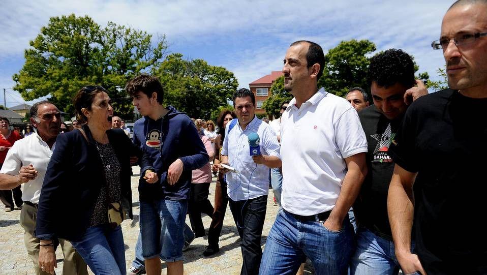 La toma de posesión de Rafael Pérez, en el año 2011, fue contestada por un grupo de vecinos. En la imagen, increpando al edil del PP, Roberto Diéguez