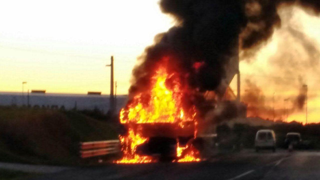 El paso de«Ana» por el Principado.Llamas en el camión quemado en Castropol